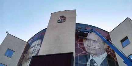 """Usuwają baner z bemowskiego urzędu. """"Putin Warszawy zaczął działać"""""""