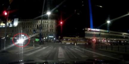 Nocne zderzenie w centrum miasta. Cztery osoby ranne [WIDEO]