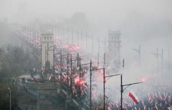 Uczestnicy Marszu Niepodległości 2016 na Moście Poniatowskiego. Fot. PAP/Paweł Supernak