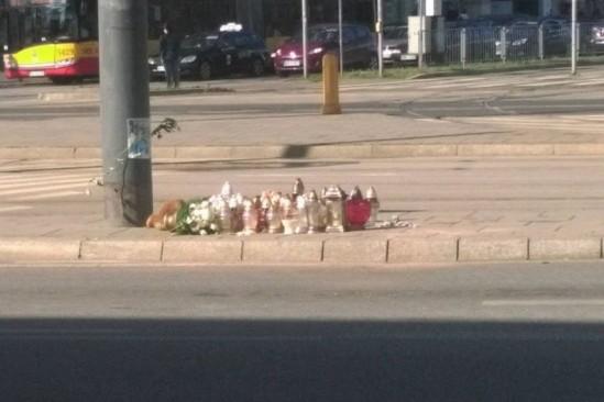 W miejscu, gdzie zginęła 14-latka paliły się znicze. Fot. WawaLove