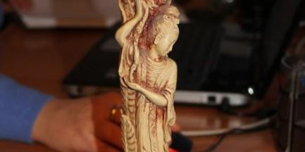 Świecznik z kości słoniowej wystawiony na sprzedaż