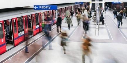Próba samobójcza w metrze. Mężczyzna nadal znajduje się pod pociągiem