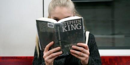 Fotografuje czytających w komunikacji miejskiej. W ten sposób zachęca do czytania [ZDJĘCIA]