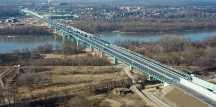 Staruszka szła mostem między samochodami. Nikt się nie zatrzymał