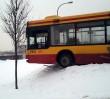 Autobus zawisł na barierkach!