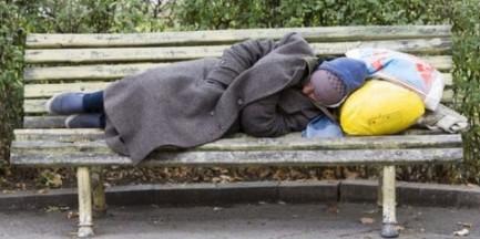 Jest coraz zimniej. Zwróć uwagę na bezdomnych