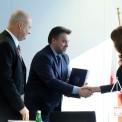 Dyrektor Centrum Unijnych Projektów Transportowych Przemysław Gorgol (C), zastępca prezydent Warszawy Renata Kaznowska (P) i podsekretarz stanu Ministerstwa Rozwoju Witold Słowik (L) podczas podpisania umowy o dofinansowanie kolejnego etapu budowy II linii metra Fot. PAP/Tomasz Gzell