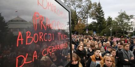 Tłumy przed Sejmem. Manifestują zwolennicy i przeciwnicy aborcji [GALERIA]