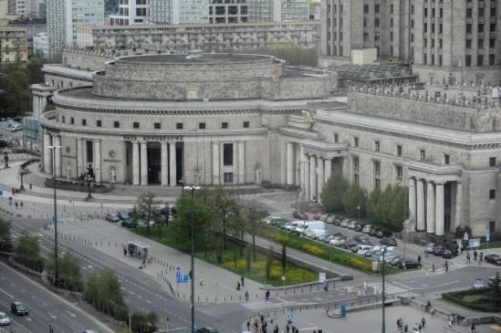 Widok na teren działki obok Pałacu Kultury i Nauki w Warszawie, pod dawnym adresem Chmielna 70. Fot. PAP/Marcin Obara
