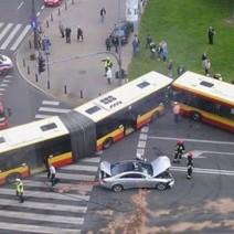 Czołowe zderzenie autobusów: jest nagranie z monitoringu!
