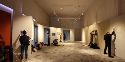Fotostory: Instalacja prac w Galerii Bezdomnej