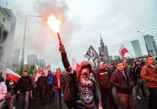 """Manifestacja ONR """"Polacy przeciwko imigrantom"""" w Warszawie, 10 kwietnia 2016 r. (PAP, Fot: Marcin Obara)"""