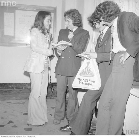 Zobaczcie te ciuchy! Oto, w co młodzież ubierała się na egzaminy 40 lat temu [ZDJĘCIA]