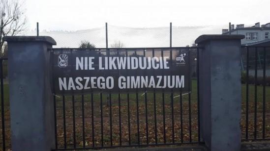 Baner znajdujący się na ogrodzeniu gimnazjum nr 46 im. Szarych Szeregów, przy ul. Kasprzaka 1/3 w Warszawie. Fot. WawaLove.pl