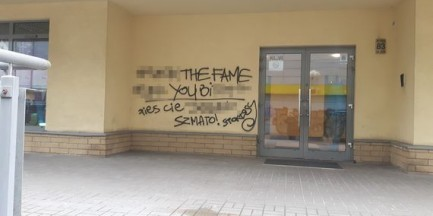 Obraźliwe graffiti na budynku galerii. Mieszkańcy Ursynowa nie pozostawiają suchej nitki na wandalu