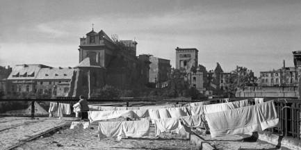 Mieszkali w ruinach, strasznych warunkach. Ale żyli, budowali i tańczyli. Warszawiacy tuż po wojnie [GALERIA]