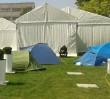 Ludzie koczują w namiotach by kupić mieszkanie. Kolejki jak za PRL