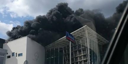 """Płonie Galeria Północna. """"Potężna, czarna chmura dymu"""""""