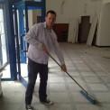Kuba Kuroń sprząta lokal przy pl.Hallera. Fot. Fundacja Kuroniówka