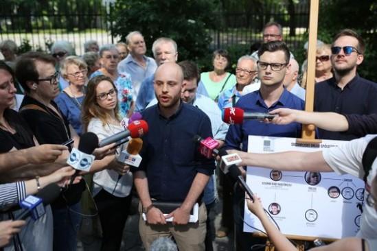 Jan Śpiewak i Karol Perkowski podczas konferencji prasowej organizacji Wolne Miasto Warszawa. Fot. Leszek Szymański /PAP