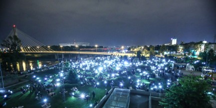 """Noc """"spadających gwiazd"""". Warszawiacy wspólnie obserwowali niebo przed CNK [GALERIA]"""