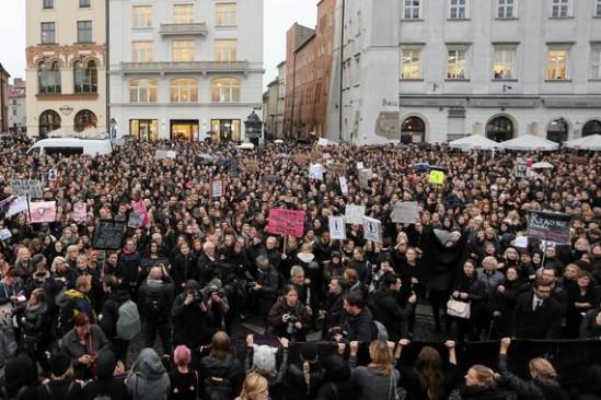 Czarny Protest. fot. Mateusz Skwarczek/Agencja Gazeta