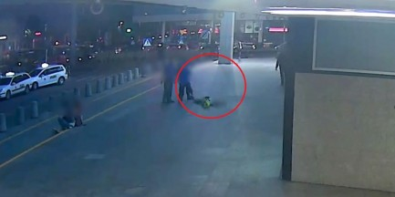 We trzech pobili i okradli mężczyznę w centrum miasta. Nikt nie zareagował [WIDEO]