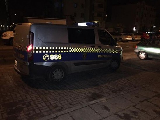Zdjęcie radiowozu straży miejskiej, jakie poszkodowany dołączył do opisu. Fot. Facebook