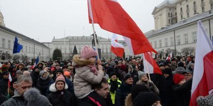 """""""Dyktatorek"""" zamienił Sejm w biuro PiS-u"""". Manifestacja opozycji"""