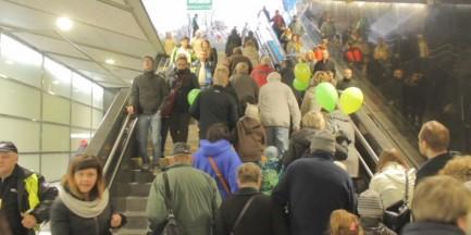Tłumy w metrze. Jak w godzinach szczytu [WIDEO]