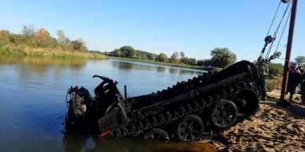 Dwa niemieckie pojazdy z okresu II wojny światowej wydobyte z dna Pilicy