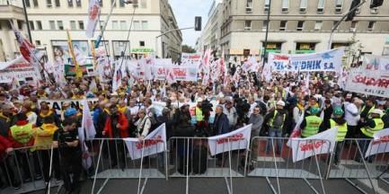 """Protest w Warszawie. """"Nie"""" dla ingerencji Unii Europejskiej w sprawę obniżenia wieku emerytalnego"""
