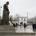 Prezes Prawa i Sprawiedliwości Jarosław Kaczyński składa wieniec przed pomnikiem marszałka Józefa Piłsudskiego przy Belwederze, 11 bm., w Święto Niepodległości. Fot. PAP/Paweł Supernak
