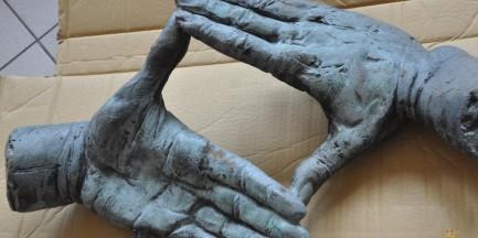 Jest zarzut za kradzież dłoni z grobu Kieślowskiego