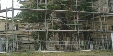 Znika reklama sprzed pałacu Błęktinego
