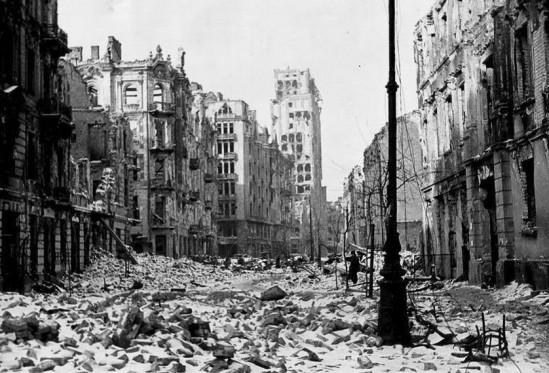 Zniszczona wojenną pożogą Warszawa. Fot. II wojna światowa w pigułce/fb