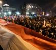 Policja szuka tych trzech mężczyzn. Byli przed Sejmem 16 grudnia