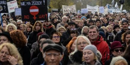 """""""Czarny Protest"""" przed Sejmem. """"Nie składamy parasolek"""""""