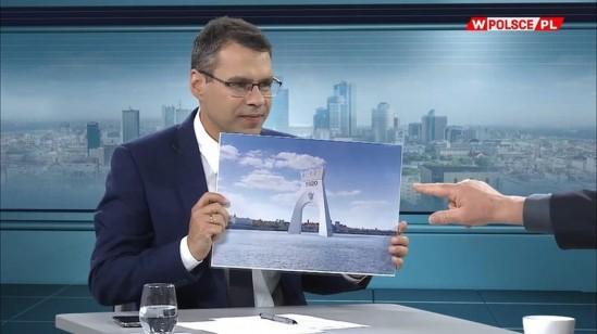 Projekt łuku triumfalnego przedstawiony w Programie wPolsce.pl.  Na zdjęciu prezenter Michał Karnowski Źródło: kadr z filmu/wPolsce.pl/Facebook.pl
