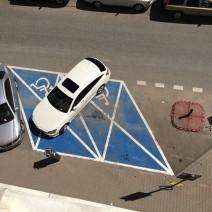 """Zastawił dwie koperty. """"Mistrz parkowania"""" zwrócił uwagę warszawskich urzędników"""