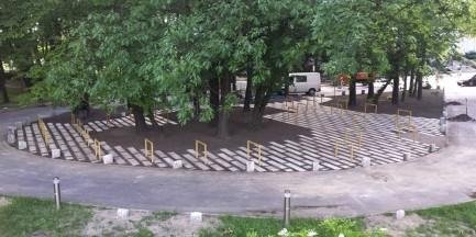"""Zlikwidowano nielegalny parking dla samochodów, otwarto """"rowerową wyspę"""". Kierowcy oburzeni"""