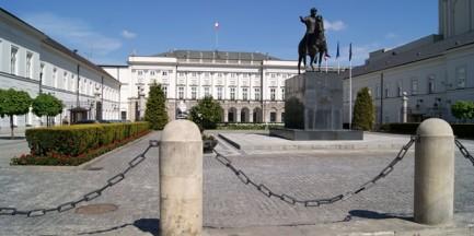 """Tymczasowy pomnik na Krakowskim Przedmieściu w rocznicę Smoleńska? """"Rozważamy pewną instalację"""""""