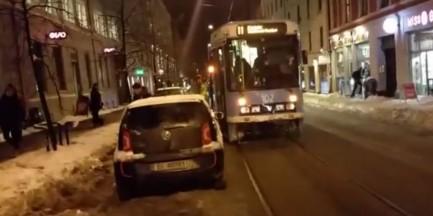 Samochód zablokował tramwaj. Oto, co zrobili pasażerowie [WIDEO]