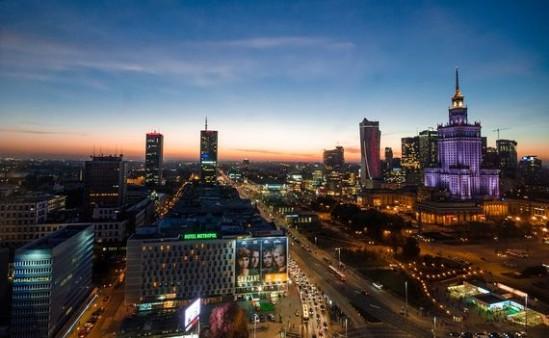 Warszawa nocą. Fot. Rudy and Peter Skitterians/ Pixabay