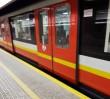 Kto szybszy: biegacz czy metro? Nowy internetowy trend dotarł do Warszawy! [WIDEO]