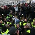 Obywatele RP próbują blokować miejsce, w którym w trakcie miesięcznicy smoleńskiej przemawia Jarosław Kaczyński Fot. PAP / Leszek Szymański
